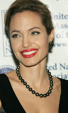 Angelina Jolie in tahitian pearls