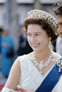 queen in pearls